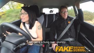 L´istruttore scopa la ragazzina che deve guidare