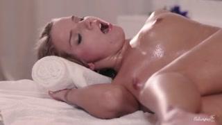 Massaggio porno per la bionda porcella