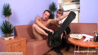 Porno hd con la sexy bionda in calze nere che lo succhia