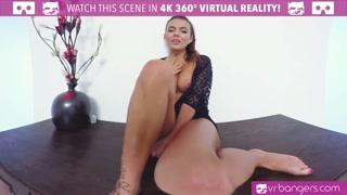 Pornostar si masturba la fica davanti alla webcam