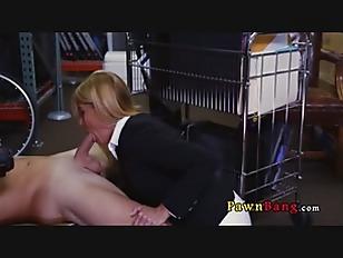 LA bella bionda in carriera succhia il cazzo al magazziniere