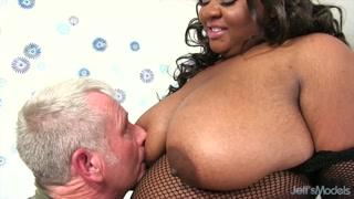Mega sesso ciccione propone la nera dalle poppe giganti