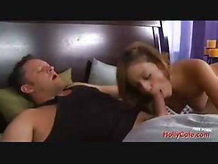 La ragazza si mostra subito interessata al cazzo del suo uomo nonostante lui stia dormendo e lo sveglia a modo suo