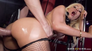 Orgasmo anale per una bionda hot