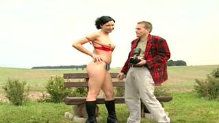 Ragazzina si fa scopare sulla panchina