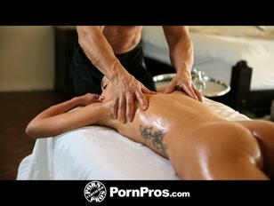 La mora tatuata scopre le gioie del massaggio sexy