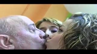 Video erotico gratis con un uomo maturo e due giovanissime