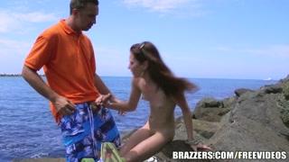 La ragazza si fa scopare in riva al mare, all´aperto