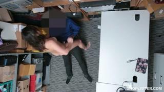 Ragazza castana in un porno dilettante