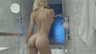 In bagno la donna bionda gode da sola
