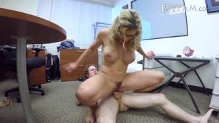 Sesso anale con a bionda tettona in ufficio