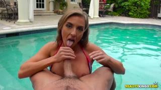 Sesso orale a bordo piscina prima di trombare