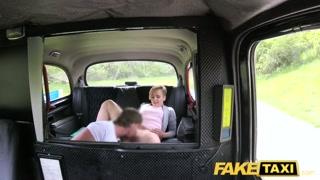 Sul fake taxi la bionda si fa leccare e scopare