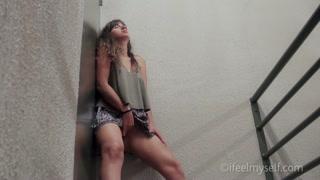 Video masturbazione molto sexy con la bionda che si tocca
