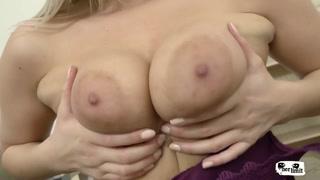 Porno violento e inculata per la bionda capezzolona