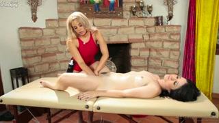 Massaggio porno con due donne lesbo