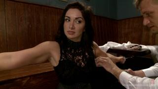 Una donna viene ammanettata in un video sadomaso.