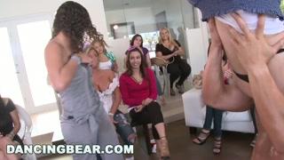 Donne in calore succhiano cazzi al festino porno