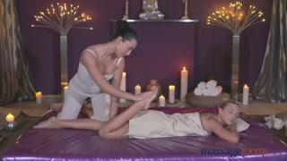 Un massaggio rilassante tra due donne diventa super