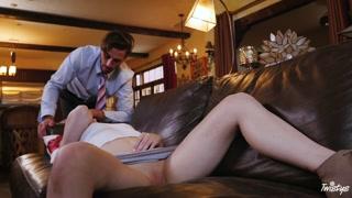 Video adulti con la bionda che si fa sbattere sul divano