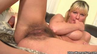 Due donne mature si scopano da sole in camera da letto
