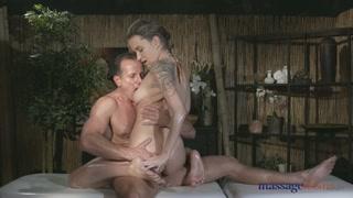 Nella massage room una coppia lubrificata  scopa a pecorina