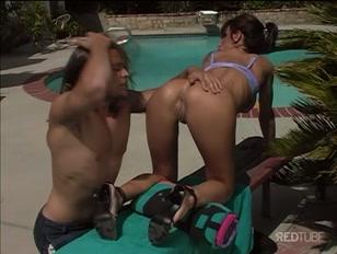 Bellissima ragazza mora si fa scopare a bordo piscina