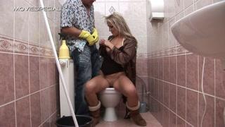 La donna seduta sul cesso succhia e scopa