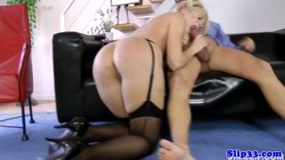 Granny sex per la bionda arrapata che ama i vecchi
