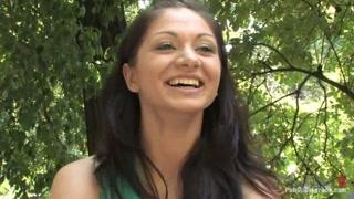 Bella donna mora e il video di una pubblica sottomissione