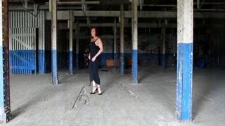 La mautra vogliosa e trans si spoglia in garage e