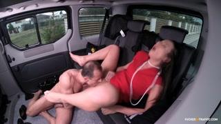 Trombare in auto fa godere i due amanti