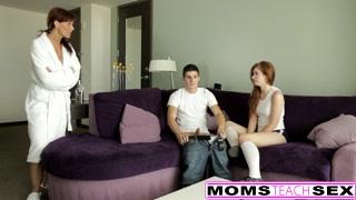 Mammina insegna a due ragazzini a scopare
