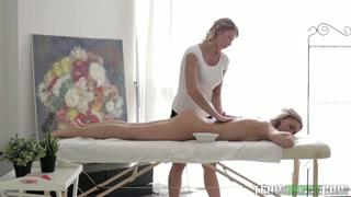 Un massaggio lesbo piuttosto hard