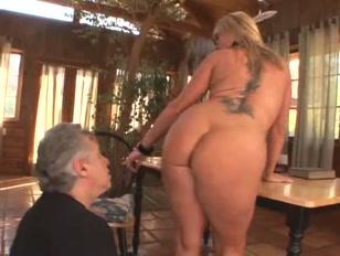 Un uomo maturo succhia a lungo il clitoride della donna