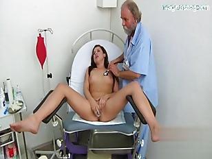 Il bel medico anziano masturba con vari metodi la bella ragazza mora