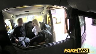 Milf vogliosa in taxi scopa e spompina