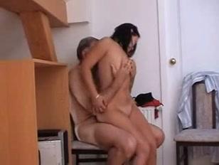 In salotto una casalinga e un uomo anziano