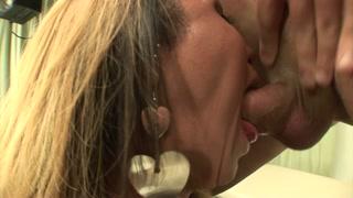 In ambulatorio il dottore si fa inculare dal trans
