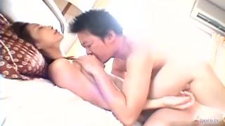 Una bellissima coppia asiatica si scopa con ardore