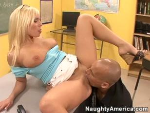 Il porno prof si fa una bella leccata a scuola con la bionda