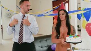 Giochi porno con la tettona alla festa di compleanno