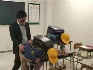 Due studenti gay vengono scopati dal professore