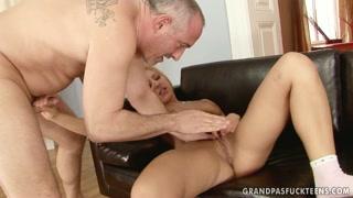 Il nonno scopa la ragazzina hot