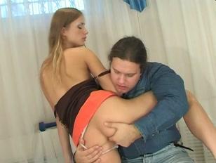 Porno casalingo con biondina nuda