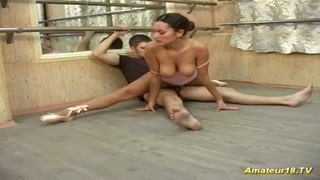 Due giovani ballerini si scopano durante una coreografia