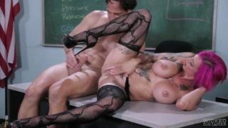 Tettona trasgressiva scopa il prof a scuola
