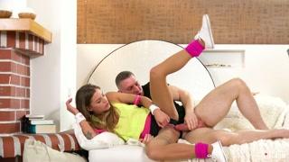 Scopata orgasmica sul divano con due troie