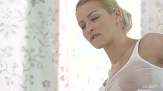 La maglietta bagnata sul seno turgido