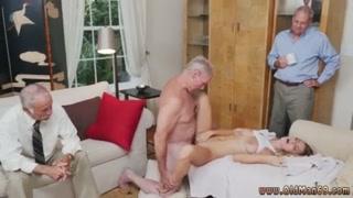 Una serie di uomini anziani e una bionda